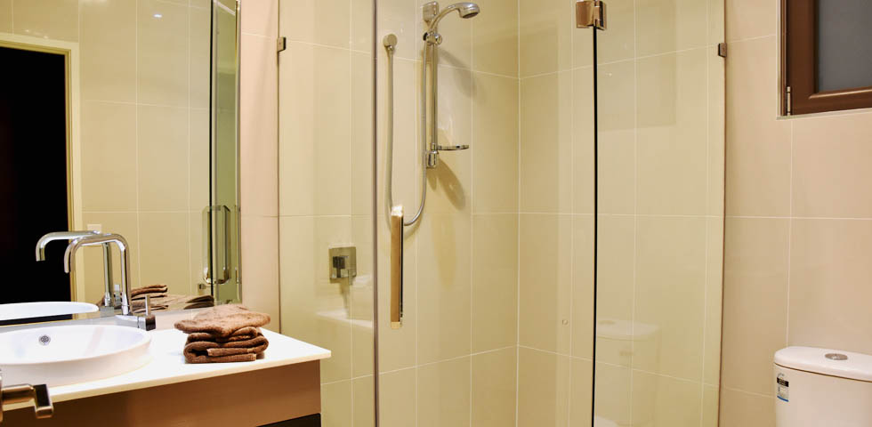 En Suite Bathroom facilities at Western Downs Motor Inn - Miles QLD.